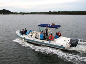 Embarcação utilizada pelos pesquisadores do projeto em Cananéia, SP (Foto: Mariane Rossi/G1)