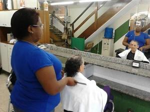 Lúcia Marina de Oliveira trabalha no setor de serviços (Foto: Do G1)