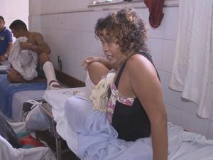 Presa é mantida em cima de uma maca, no corredor do Socorrão II, junto com demais pacientes (Foto: Reprodução/TV Mirante)