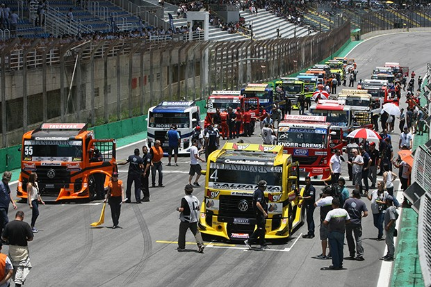 Grid corrida 1 de 25 minutos com os Trucks se pegando na pista (Foto: Vanderley Soares/TimeSport)