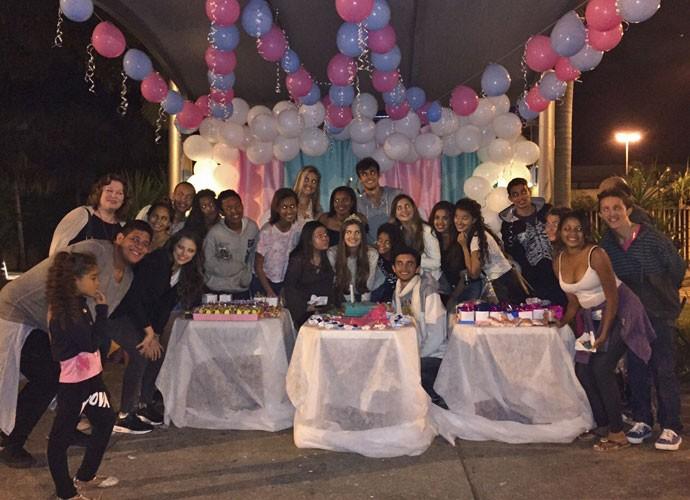 Quanto amor! Fãs preparam festa surpresa para Camila Queiroz na porta do Projac (Foto: Arquivo Pessoal)