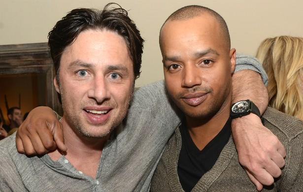 Outro par de amigos forjado num seriado: Zach Braff (à esq.) e Donald Faison, de 'Scrubs' (2001–2010). (Foto: Getty Images)
