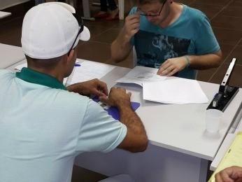Detento (de boné) de MT passou  no curso de educação física  (Foto: Divulgação/CRC-Cuiabá)