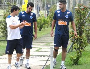 Léo e Victorino com o fisioterapeuta do Cruzeiro Charles Costa (Foto: Marco Antônio Astoni / Globoesporte.com)