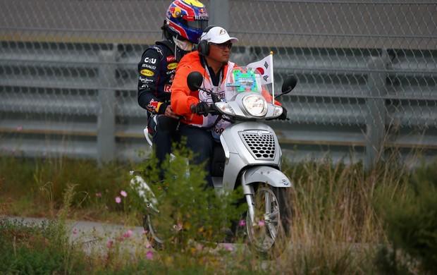 Dessa vez, Mark Webber voltou de moto, com um fiscal, sem carona com Fernando Alonso (Foto: Getty Images)