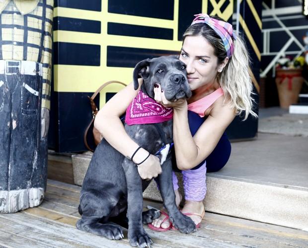 Giovanna Ewbank e a cadela Menina na casa do Dança dos Famosos (Foto: Inácio Moraes/ TV Globo)