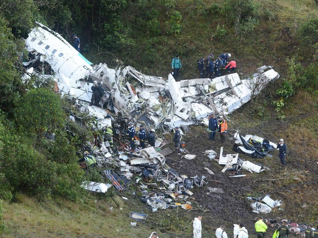 Avião que transportava a delegação da Chapecoense para Medellín, na Colômbia, sofreu um acidente na madrugada desta terça-feira (Foto: Luis Benavides/AP)