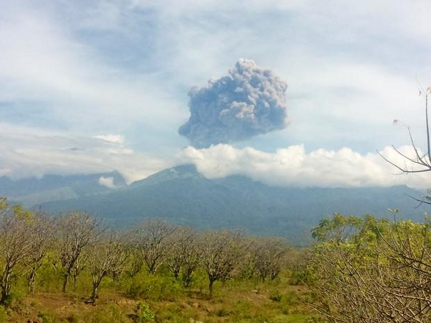 Vulcão Rinjani entra em erupção na Indonésia, na terça-feira (27) (Foto: Antara Foto/Santanu Bendesa via Reuters)