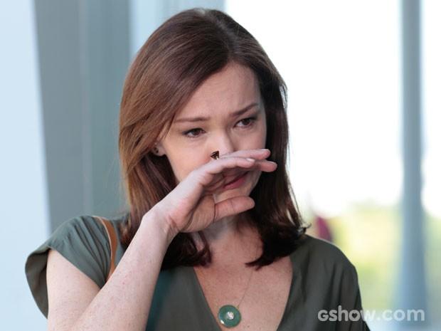 Helena chora ao ver a cena (Foto: Felipe Monteiro/TV Globo)