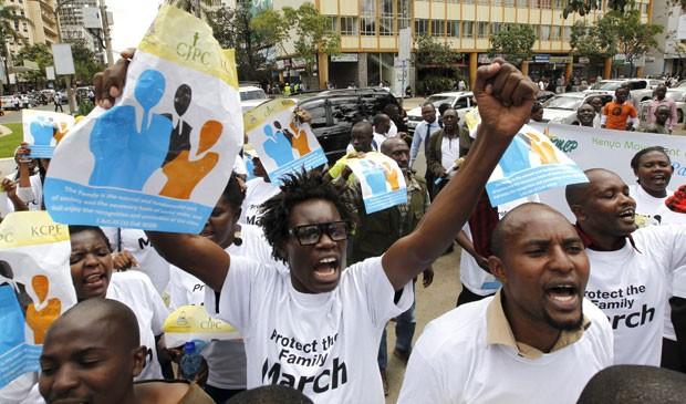 Integrantes de causa anti-gay fazem protesto em Nairóbi, no Quênia, nesta segunda-feira (6) (Foto: Thomas Mukoya/Reuters)