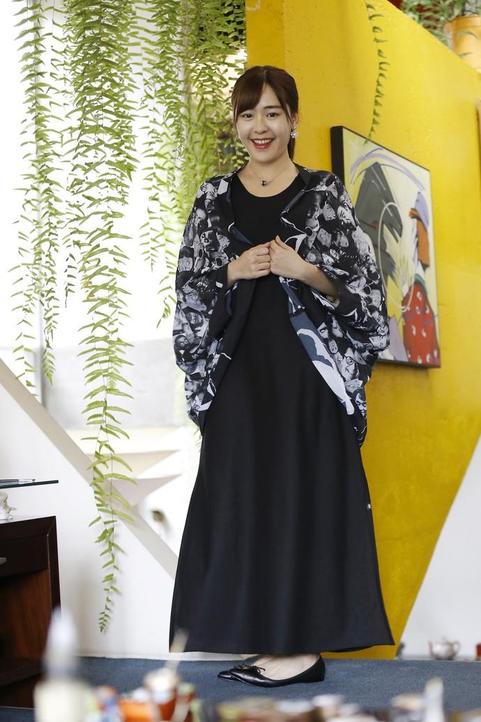 """""""O vestido fino e a sapatilha de bico fino alongam o corpo e dão impressão de altura"""", revela a chinesa (Foto: Igor Henrique Bisello/Divulgação)"""