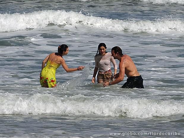 Elenco brinca no mar carioca (Foto: Flor do Caribe / TV Globo)