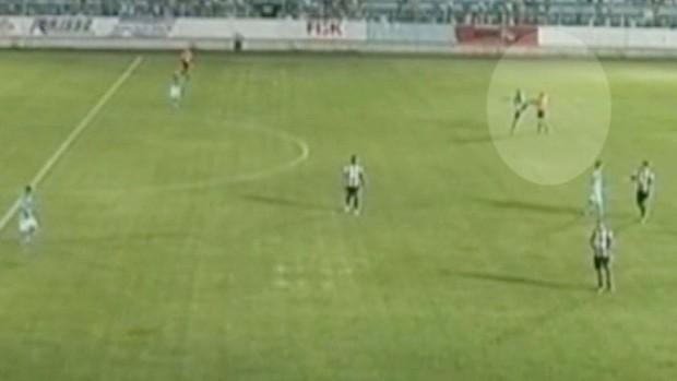 Jogador do Independente-SP dá chute em árbitro após derrota para o Marília (Foto: Gustavo Torrente)