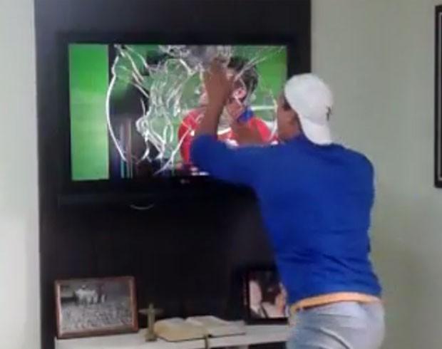 Vídeo em que Rafael 'destrói' televisão durante comemoração fez sucesso na wev (Foto: Reprodução)