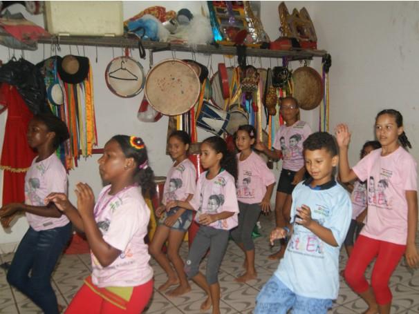 Crianças beneficiadas pelo Projeto Arte Erê em oficina de dança popular (Foto: Divulgação)