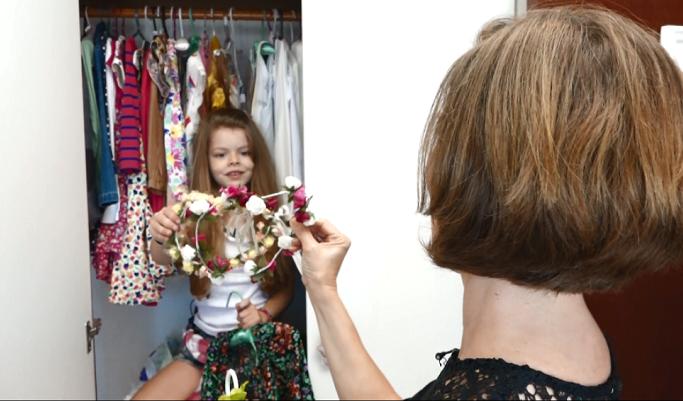 A pequena Giovanna mostra a coleção de arquinhos para  Edlaine Garcia  (Foto: reprodução EPTV)