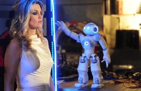 Em 'Morde & assopra', de 2011, Flavia fazia dois personagens, um deles, a robô Naomi (na foto com o robôzinho Zariguim) João Miguel Júnior/TV Globo
