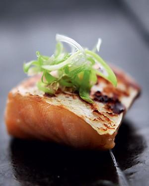 Shake no saikyo yaki (salmão marinado no missô) (Foto: Rogério Voltan/Editora Globo)