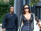 Kim Kardashian usa transparência e deixa seios à mostra