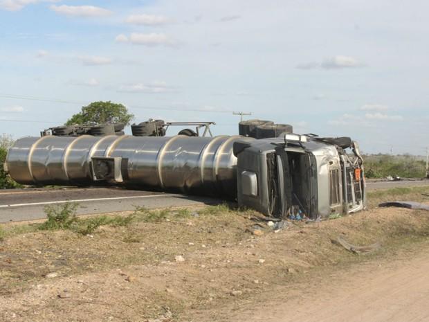 Carreta ficou atravessada na pista após a colisão (Foto: Raimundo Mascarenhas \ Site Calila Notícias)