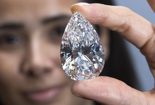 Foto de arquivo mostra o diamante incolor em forma de pera vendido por um recorde de quase US$ 27 milhões (cerca de R$ 54,6 milhões)  (Foto: Salvatore Di Nolfi/AP)