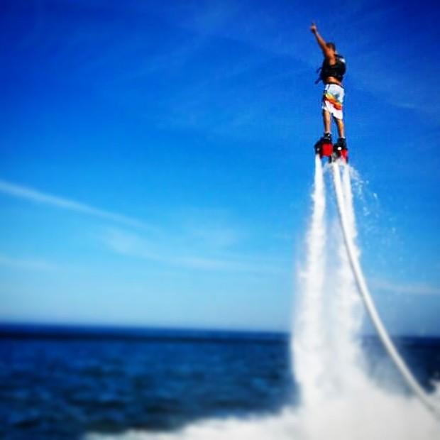 José Loreto pratica o Flyboard (Foto: Reprodução/Instagram)
