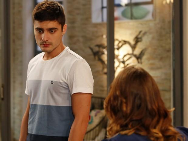 Gustavo ouve a irmã e nega qualquer envolvimento com Marcos (Foto: Ellen Soares/ Gshow)