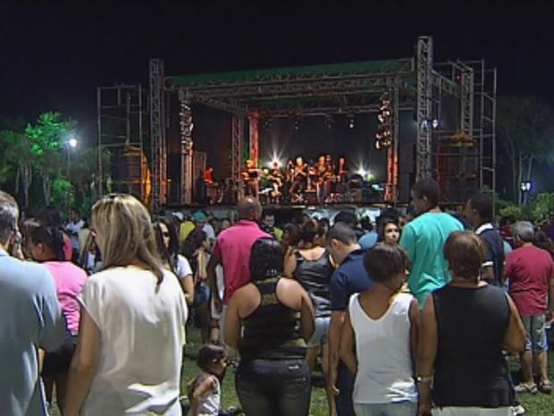 Em Jaú, a festa foi animada pelo samba (Foto: Reprodução / TV TEM)