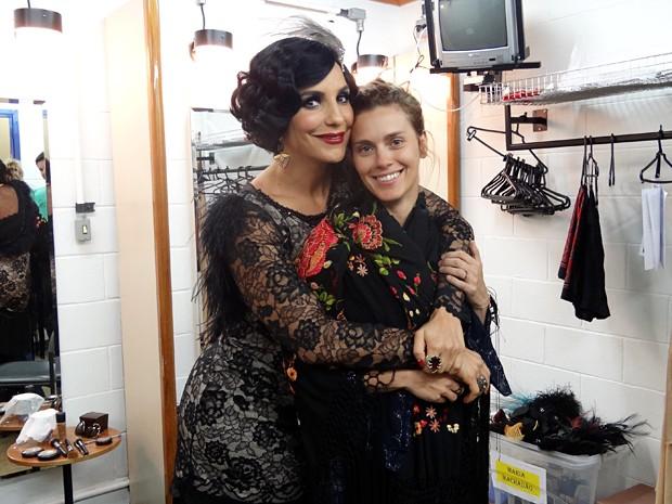 Com xale de Maria Machadão, Carolina Dieckmann posa ao lado de Ivete (Foto: Gabriela / TV Globo)