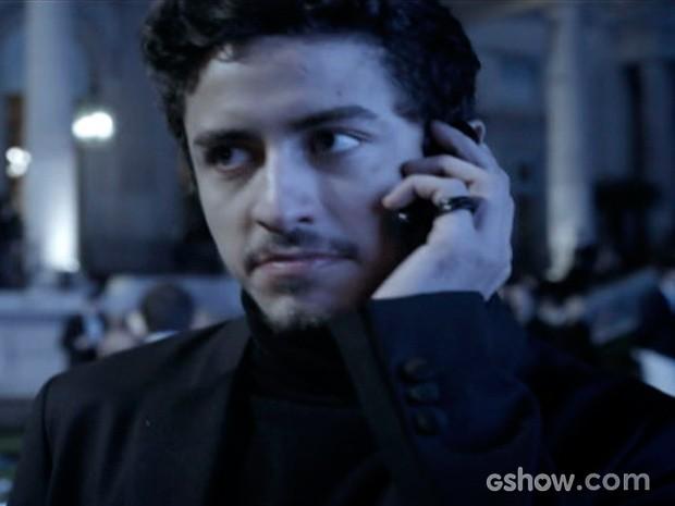 Alain entra na festa com um convite roubado (Foto: O Rebu / TV Globo)