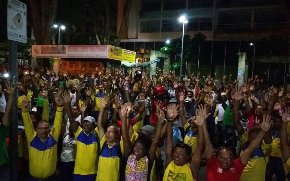 Assembleia dos Correios em Salvador, na noite de quarta-feira (26), deflagrou greve (Foto: Divulgação/ Sincotelba)