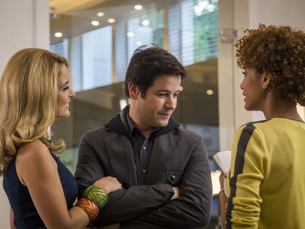Pamela chega no meio do papo de Verônica e Jonas e jornalista fica sem graça (Foto: Paulo Belote/TV Globo)