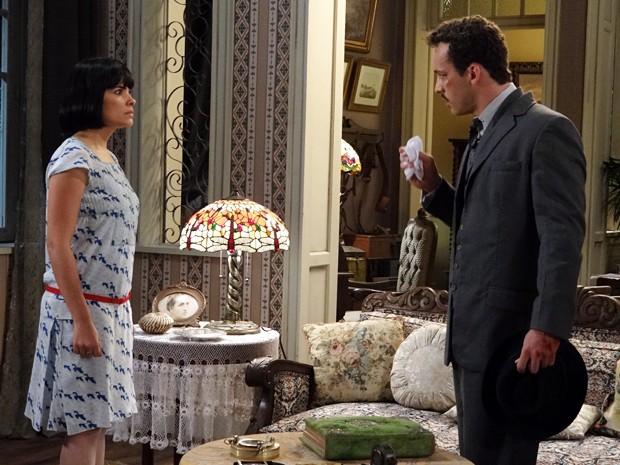 Malvina leva susto ao dar de cara com Berto na sala (Foto: Gabriela / TV Globo)