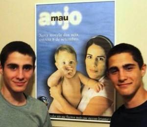 Os gêmeos ao lado do cartaz de Anjo Mau, em 2013 (Foto: Arquivo pessoal)