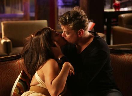 Carolina paga aposta, cai no samba e dá beijaço em Arthur