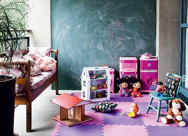 Na parte superior do dúplex, uma das varandas é o espaço de brincar das crianças (Foto: Lufe Gomes/Casa e Jardim)