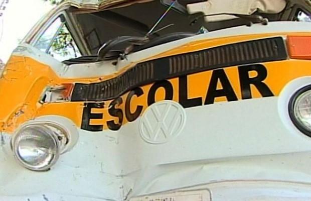 Motorista perde o controle e Kombi escolar com oito crianças bate em casa, em Goiandira, Goiás 2 (Foto: Reprodução / TV Anhanguera)