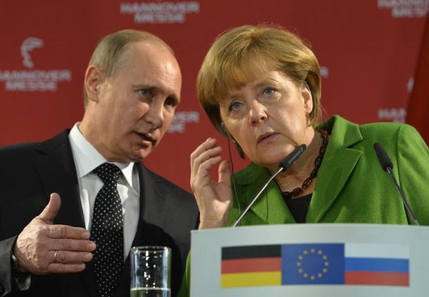 Vladimir Putin e Angela Merkel deram entrevista durante a visita em Hanover (Foto: Odd Andersen/AFP)