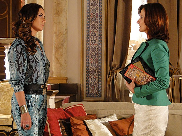 Helô questiona Berna sobre a adoção de Aisha (Foto: Salve Jorge/TV Globo)