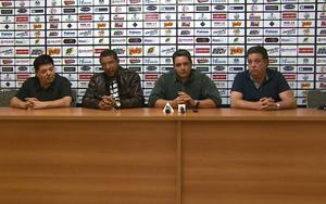 Tuca Guimarães, técnico do Comercial, com Rogério Vieira, Tim e Ricardo Schroeder (Foto: Ronaldo Gomes / EPTV)