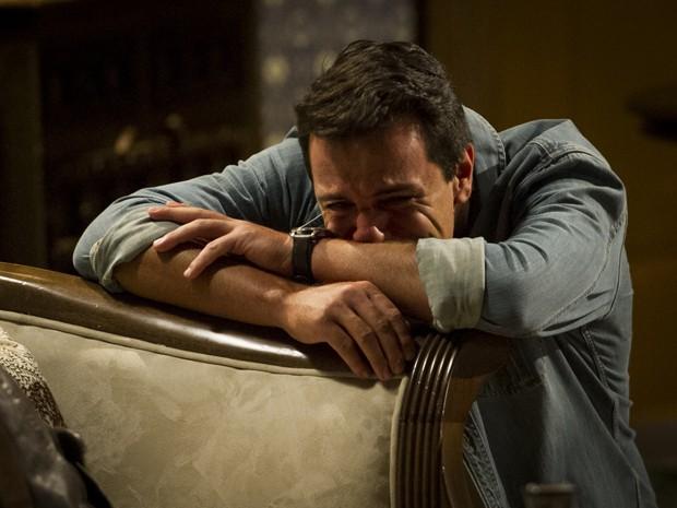 Théo chora após ouvir a confissão de Morena (Foto: Salve Jorge/TV Globo)