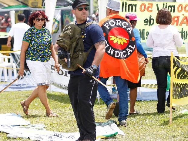 Policial civil Marcelo Penha é detido por atirar durante manifestação em Brasília (Foto: André Coelho/Agência O Globo)