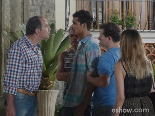 Virgílio chega na hora da briga e coloca ordem na casa (Foto: Em Família / TV Globo)
