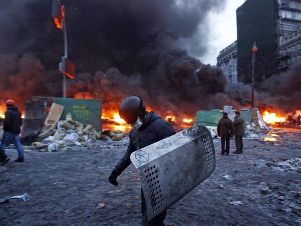 Um manifestante carrega um escudo durante a violência de rua em Kiev 23 de janeiro de 2014.  (Foto: David Mdzinarishvili/Reuters)