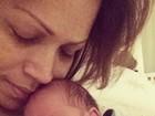 Solange Almeida posa agarradinha com a filha recém-nascida