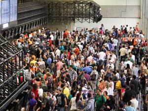 Movimento no Aeroporto de Guarulhos, na Grande São Paulo, nesta sexta-feira(20), às vésperas das celebrações de Natal e ano novo. (Foto: Geovani Velasquez/Brazil Photo Press/Estadão Conteúdo)