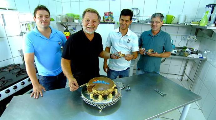 Estrelas da festa, a equipe do Mais Caminhos se deliciou com o bolo de aniversário (Foto: Reprodução / EPTV)