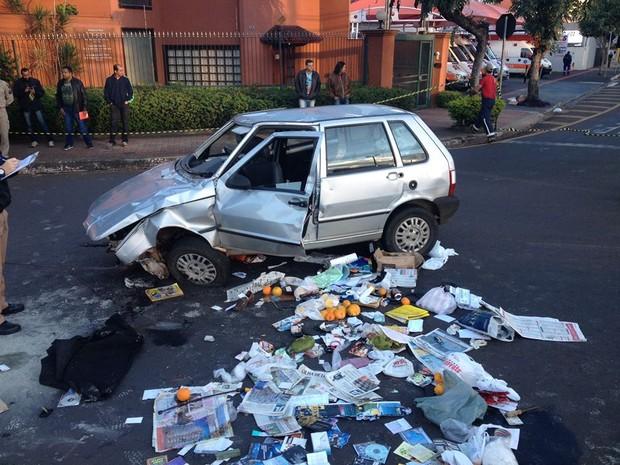 Após ser revirado pela polícia, carro deixou vários objetos espalhados pela rua (Foto: Alberto D'angele/RPC)