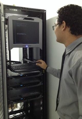 Servidor mostra parte do equipamento utilizado nas investigações. (Foto: Amanda Borges/G1)