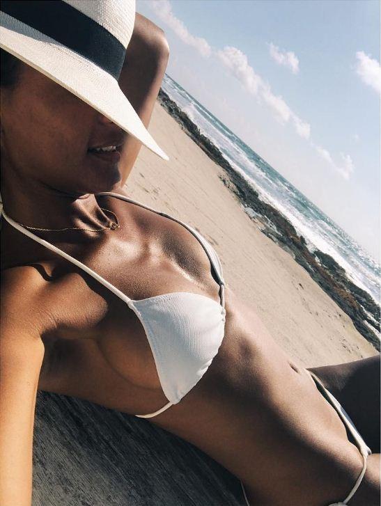 Emanuela de Paula exibe o corpão em dia de praia (Foto: Divulgação)
